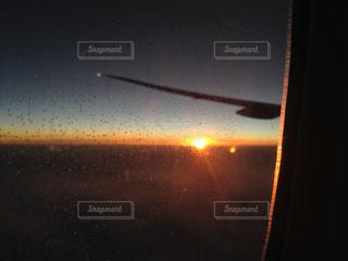 夕陽を飛行機の窓からの写真・画像素材[1176379]