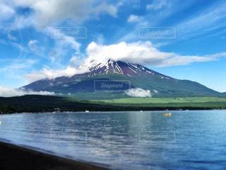 湖越しの富士山の写真・画像素材[1193280]