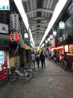 店の前の歩道を歩いて人々 のグループの写真・画像素材[1169981]