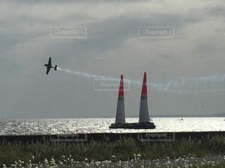 空を飛んでいる飛行機の写真・画像素材[1222446]