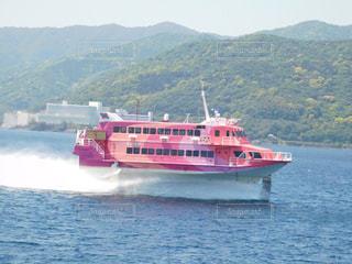 背景の山と水体の大型船の写真・画像素材[1170838]