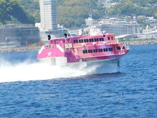 水の大きな体で小さなボートの写真・画像素材[1170839]