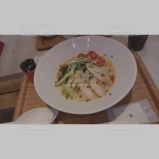 板の上に食べ物のボウルの写真・画像素材[1171618]