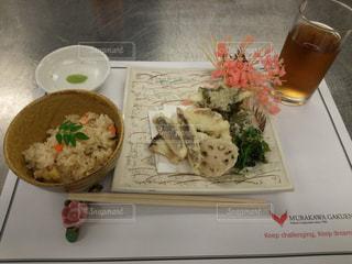 テーブルの上に食べ物のプレートの写真・画像素材[1171635]