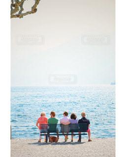湖のベンチに座る家族 - No.1171655