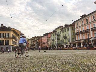 石畳みの通りに自転車の写真・画像素材[1171683]