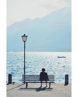 スイス🇨🇭ティチーノ州 湖の横のベンチの写真・画像素材[1171727]