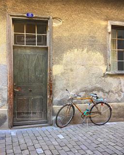 ヨーロッパの家と扉と自転車の写真・画像素材[1171731]