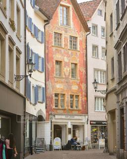 可愛い柄の壁が特徴的なアパートの写真・画像素材[1171746]