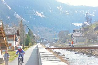 スイスのアルプス山脈の麓に位置する村 - No.1172616