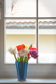 テーブルの上に座っての花で一杯の花瓶の写真・画像素材[1172948]