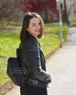 歩道に立っている女性の写真・画像素材[1239422]