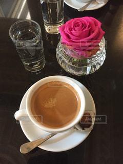 テーブルの上のコーヒー カップの写真・画像素材[1239423]