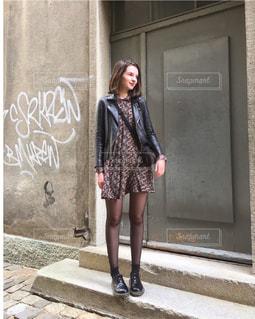 建物前の歩道を歩いて女性の写真・画像素材[1239426]