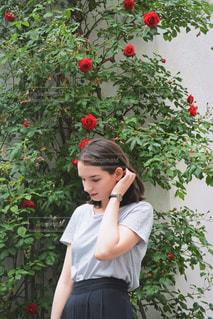 花の前に立っている人の写真・画像素材[1239624]