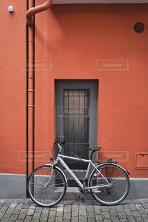 カラフルな壁に自転車の写真・画像素材[1500038]