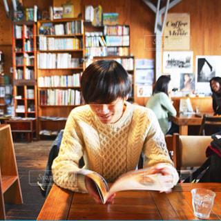 カフェでくつろぎ中の写真・画像素材[1564743]
