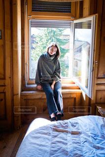 窓からの光が気持ち良いお部屋でリラックスの写真・画像素材[1566018]