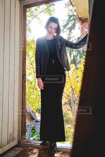 秋の姿が見える裏庭の入り口にての写真・画像素材[1645121]