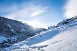 雪景色に覆われたスイスアルプスの村の写真・画像素材[1691336]