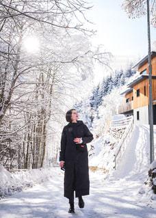 雪景色の中を楽しく散歩中の写真・画像素材[1691909]