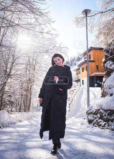 雪景色の中を楽しく散歩中の写真・画像素材[1691911]