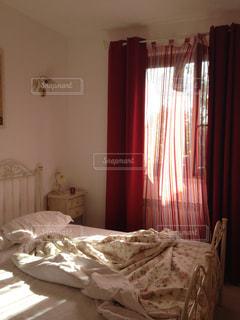 寝室、ベッドとカーテンの写真・画像素材[1211929]