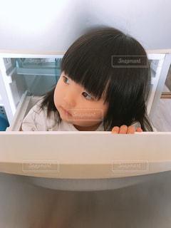 冷蔵庫の中に入る子供の写真・画像素材[1181544]