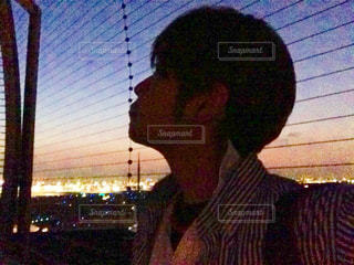 部屋に立っている男の写真・画像素材[1202897]