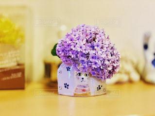 猫の花瓶に紫陽花の写真・画像素材[2382036]