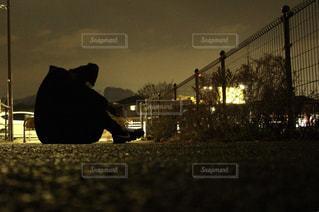暗闇に座る人の写真・画像素材[1173223]
