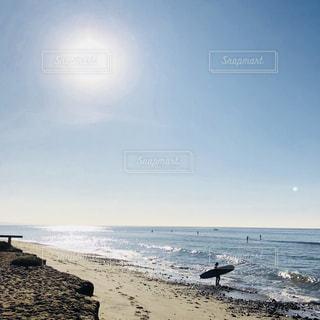 浜辺で海の横にある人々 のカップルの写真・画像素材[1174993]