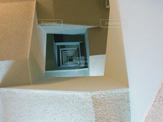 下から螺旋階段の写真・画像素材[1184638]