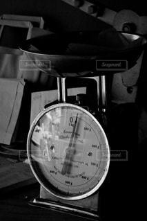 テーブルの上に座っている時計の写真・画像素材[1466185]