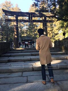 鳥居の前に立っている男の写真・画像素材[1190963]