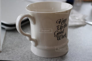 近くにコーヒー カップのアップの写真・画像素材[1192216]