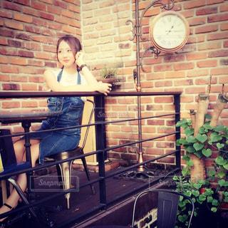 れんが造りの建物の前に立っている女性の写真・画像素材[741067]