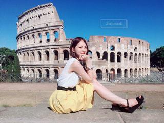 建物の前に座っている女の子の写真・画像素材[741077]