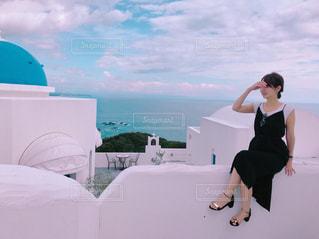 ビーチに立っている女性 - No.811603