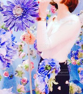 紫の花を持つ女性の写真・画像素材[933929]