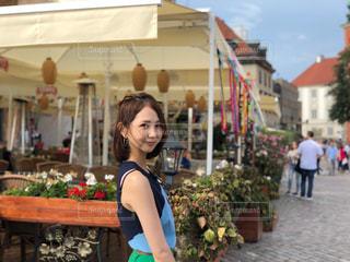 建物の前に立っている女性の写真・画像素材[1327044]