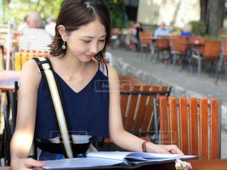 ベンチに座っている女性の写真・画像素材[1327049]
