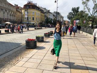 歩道を歩く人の写真・画像素材[1327055]