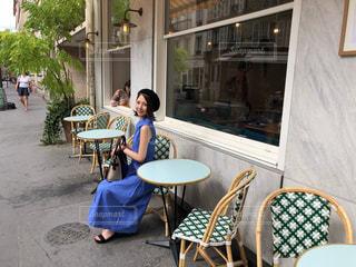 青い椅子とテーブルに座って人の写真・画像素材[1327059]