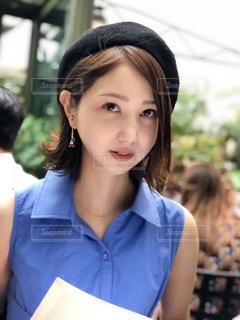 青いシャツの女性の写真・画像素材[1327061]