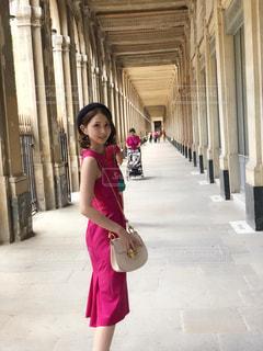 歩道の上を歩く少女の写真・画像素材[1327064]