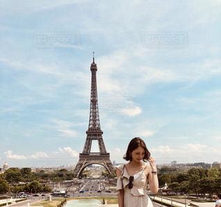エッフェル塔の前に立っている人の写真・画像素材[1731336]