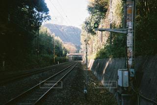 電車が道路の脇に駐車します。の写真・画像素材[1173748]