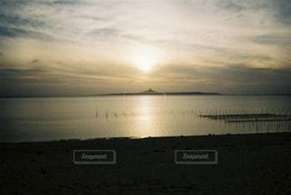 水の体に沈む夕日の写真・画像素材[1173752]