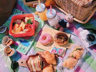 ピクニック用のテーブルの上に食べ物の写真・画像素材[1174383]